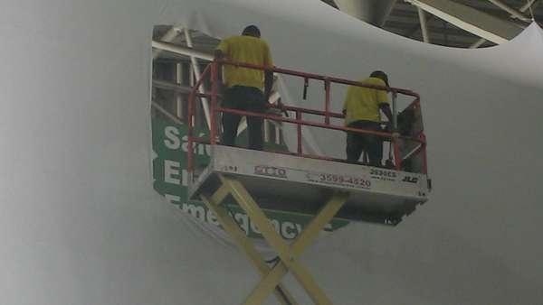 Dois funcionários rasgaram tecido usado na decoração da Campus Party Brasil 2013 que tapava a indicação de saída de emergência do Anhembi Parque, em São Paulo