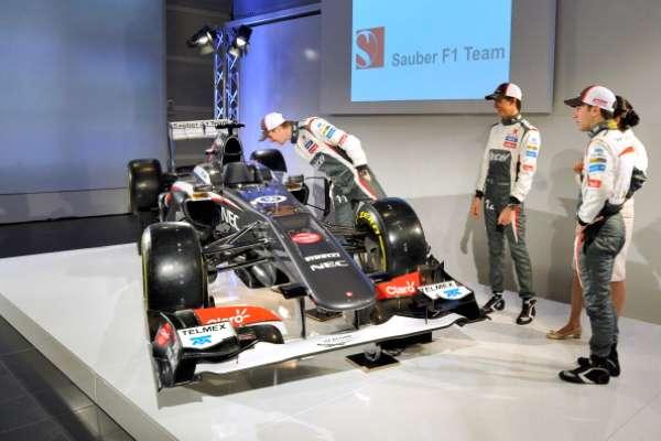 La escudería Sauber de Fórmula Uno presentó este sábado en la localidad suiza de Hinwil su nuevo monoplaza para 2013, el Sauber C32-Ferrari, mejorado en su diseño, y con el que competirá la próxima temporada con sus dos nuevos pilotos, el alemán Nico Hülkenberg y el debutante mexicano Esteban Gutiérrez.