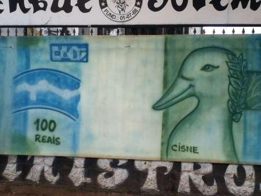 O clima na Vila Belmiro era de muita provocação a Paulo Henrique Ganso antes do clássico entre Santos e São Paulo; torcedores do time da casa levaram bonecos e até mesmo uma bandeira com o cisne para ironizar o antigo ídolo