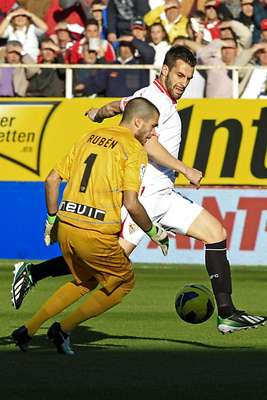 Rubén y Negredo protagonizaron uno de los duelos de la tarde.