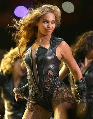 O tradicional show de intervalo do Super Bowl contou com apresentação da cantora Beyoncé Knowles, que cantou seus sucessos no palco armado no gramado do Superdome, arena de Nova Orleans que recebe a final da NFL. A estrela aproveitou para trazer à apresentação suas ex-colegas de Destiny's Child, Kelly Rowland e Michelle Williams, cantando músicas do grupo. Confira a seguir mais imagens do espetáculo