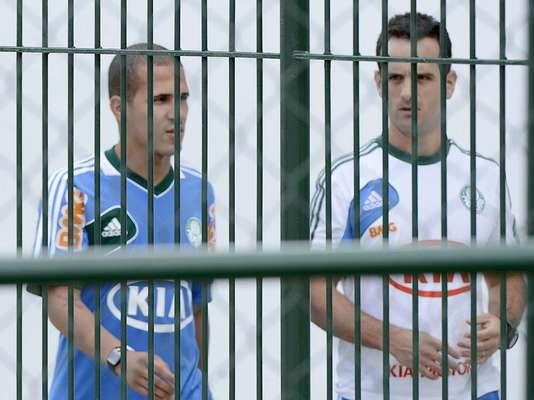 À espera de detalhes para acertar contratação, meia Ronny já treina entre os jogadores do Palmeiras