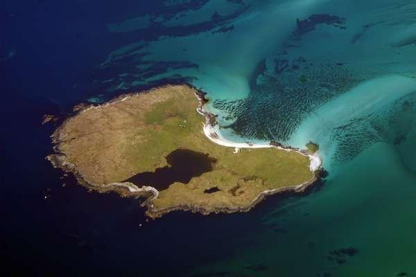 Esqueça as areias brancas e as águas cristalinas de uma ilha paradisíaca. Nesta lista de ilhas remotas e inóspitas feita pela CNN, os raros visitantes encontram paisagens desoladas e pouca infra-estrutura. Boreray, Escócia: ao leste das Hébridas Exteriores, no pequeno arquipélago de St. Kilda, a ilha de Boreray é um dos sítios inscritos como Patrimônio Mundial da UNESCO encontrados na Escócia. Abandonada pelos seus únicos habitantes na década de 30, pela dificuldade em cultivar alimentos, a ilha se tornou uma atração após pesquisadores encontrarem vestígios arqueológicos pré-históricos