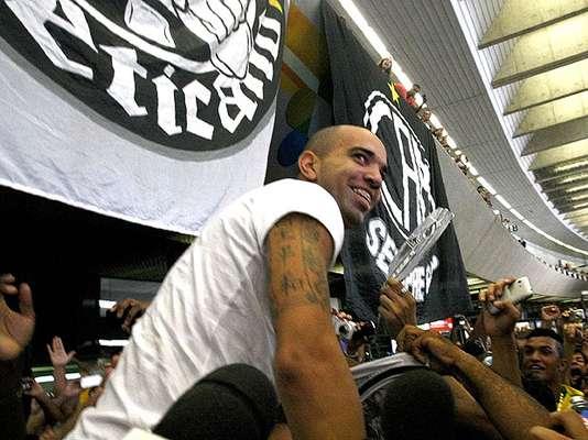 Atacante Diego Tardelli chegou a Belo Horizonte recepcionado por dezenas de torcedores do Atlético-MG, no Aeroporto de Confins