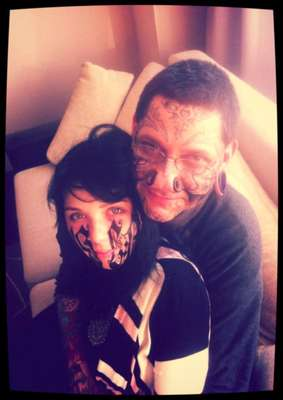 Há quem prove o amor com flores e chocolate, mas a russa Lesya resolveu radicalizar e deixou o namorado tatuar o próprio nome no rosto dela