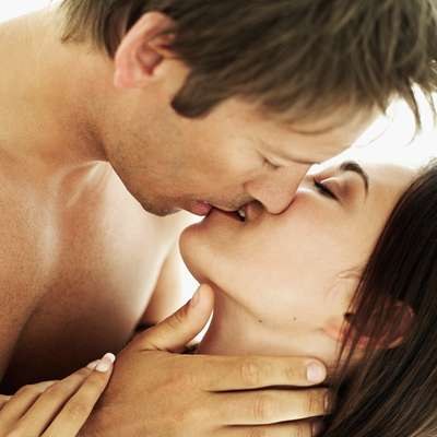 """O que é a mononucleose? Mononucleose é uma doença causada pelo vírus Epstein-Baar, do mesmo grupo do herpes. Ela é transmitida pela saliva contaminada num contato íntimo entre as pessoas, por isso é conhecida como doença do beijo"""""""