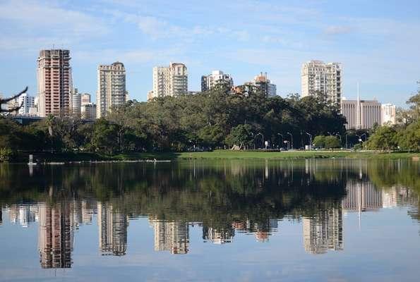 Inaugurado em comemoração ao quarto centenário de São Paulo, em 1954, o Ibirapuera é o mais importante parque urbano da capital paulista. Seu projeto arquitetônico é obra de Oscar Niemeyer, enquanto o engenheiro agrônomo Otávio Augusto Teixeira Mendes responde pelo aspecto paisagístico