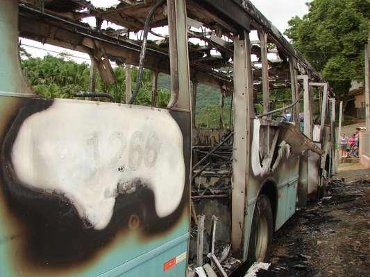 Um ônibus da empresa Nossa Senhora da Glória foi incendiado na rua Theodoro Passold, na divisa entre os bairros Fortaleza Alta e Fidélis, em Blumenau