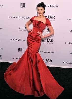 Crystal Renn no evento da Amfar, com vestido tipo sereia que realça a silhueta esguia da ex-plus size