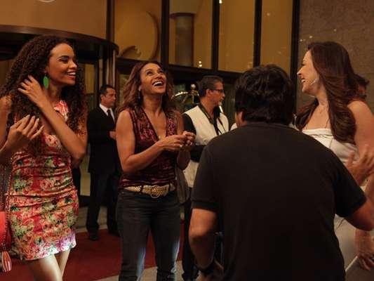 Dira Paes, Claudia Raia e Lucy Ramos se divertiram na gravação externa de Salve Jorge, na noite da última quarta-feira (6). Filmando em um hotel da Barra da Tijuca, no Rio, as atrizes não economizaram nos papos e risadas