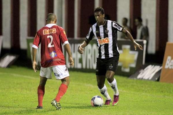 Com um gol de Jô (foto) e outro de Rosinei, o Atlético-MG venceu o Tombense por 2 a 1, nesta quarta-feira, pelo Campeonato Mineiro