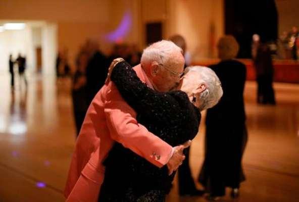 Sun City es la ciudad de los ancianos. Fue construida en 1959 como la primera comunidad de retiro activo para los adultos obre 55 años. Los residentes mantienen sus mentes y cuerpos activos en más de 120 clubes con pasatiempos como la danza, cerámica, patinaje sobre ruedas, computadoras, porristas y el yoga entre otros.