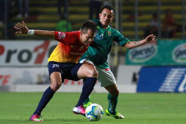 Rodrigo Salinas moves the ball past Luis Montes.