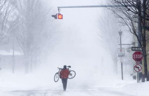 El noreste de Estados Unidos volvía lentamente a la actividad este sábado, tras una feroz tormenta con fuertes nevadas e intensos vientos que provocó la muerte de al menos 10 personas, la paralización del transporte y cortes de energía en medio millón de hogares.