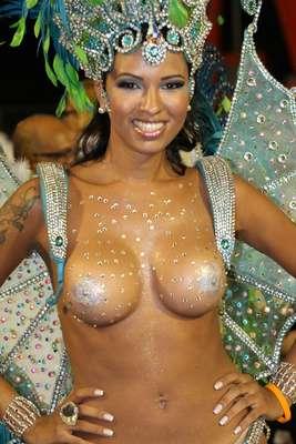 Quarta escola a desfilar no grupo de acesso do Carnaval do Rio de Janeiro, Unidos de Vila Santa Tereza foi à Marquês de Sapucaí com problemas de fantasia; ex-BBB Ariadna foi um dos destaques