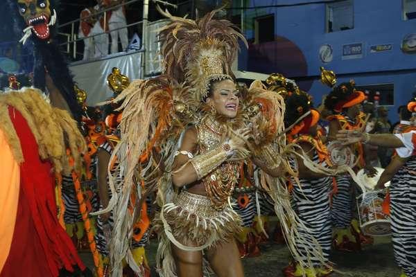 Dandara Oliveira, rainha da escola Unidos do Viradouro, desfila na Marques de Sapucaí, no Rio de Janeiro