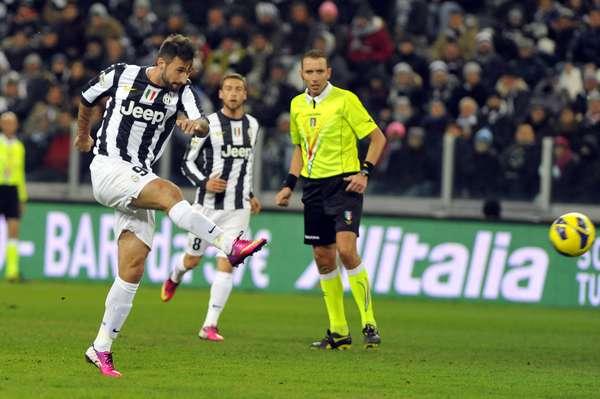 Líder do Campeonato Italiano, a Juventus dominou o jogo contra a Fiorentina e, com poucos sustos, venceu por 2 a 0. Os gols foram marcados pelos atacantes Vucinic (foto) e Matri e, com isso, o time de Turim abriu cinco pontos de vantagem na ponta da tabela