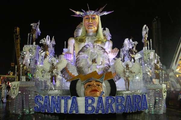 """A Unidos de Santa Bárbara desfilou """"gentileza"""" na noite deste domingo no Anhembi, em São Paulo. Com o enredo """"Bem-vindos ao Reino da Gentileza!"""", a escola abriu a noite no sambódromo da capital paulista"""