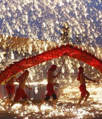 Con estruendo de petardos y fuegos artificiales, más de mil millones de asiáticos celebraban este domingo la entrada del año de la Serpiente, un animal asociado a la fortuna, la sabiduría y la longevidad.