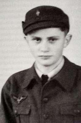 Na juventude, Joseph Ratzinger serviu como assistente de forças militares alemãs durante a Segunda Guerra Mundial. Nesta foto, de 1943, ele tinha 16 anos