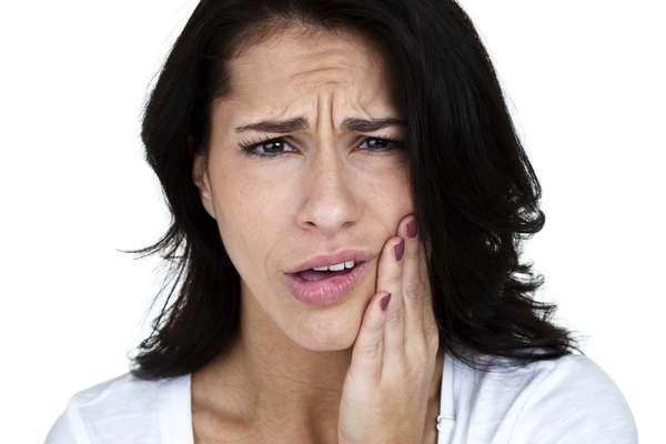 ¿Siente dolor en la mandíbula al despertar? ¿Nota que sus dientes están desgastados? ¿Tiene dolor de cabeza frecuentemente? Pues puede ser que sufra bruxismo, un hábito que afecta a un sector de la población muy amplio, que va desde los niños hasta los ancianos, tanto mujeres como hombres. Acá le aclaramos algunas dudas sobre esta molestia.