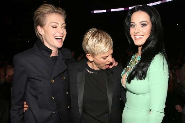 A apresentadora Ellen DeGeneres, acompanhada de sua mulher, a atriz Portia de Rossi, não foi nada discreta ao encontrar Katy Perry no Staples Center, em Los Angeles, onde aconteceu a entrega do Grammy, na noite desse doming (10). Famosa por suas piadas, Ellen não perdeu a oportunidade e posou para fotos admirando o profundo decote da cantora de Teenage Dream