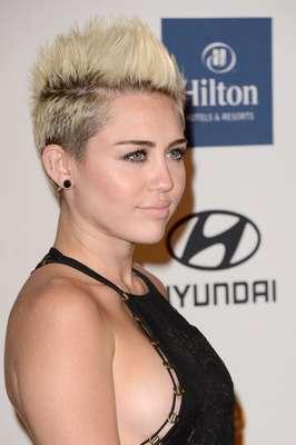 Miley Cyrus volvió a ser noticia y no por su corte de cabello sino por su escote