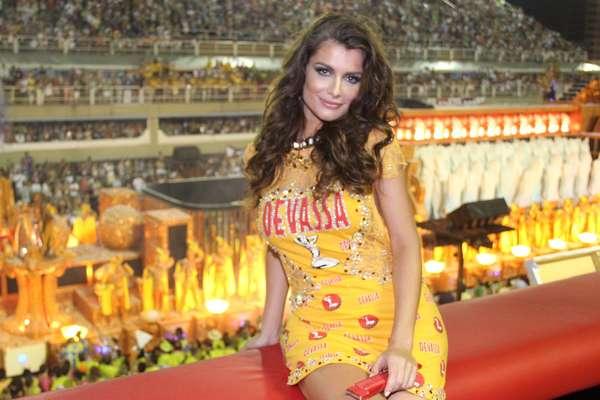 Alinne Moraes posa em frente à Marquês de Sapucaí