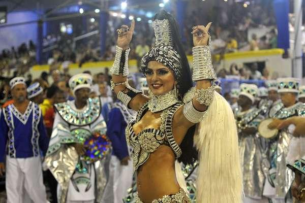 """União da Ilha evocou o compositor Vinicius de Moraes no enredo: """"Vinicius, no plural. Paixão, poesia e carnaval"""""""