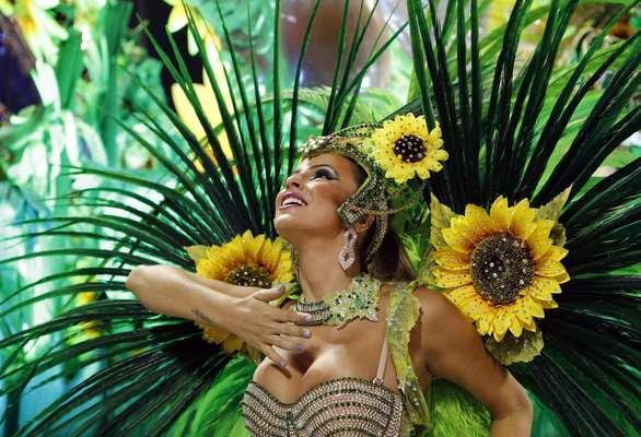 """El carnaval de Río de Janeireo cerrará esta noche a todo color y con una multitud encendida por la fiesta. En la víspera del cierre de los despampanantes desfiles en el sambódromo los participantes """"viajaron"""" a un mundo de fantasía . Y es que las escuelas dejaron boquiabierto al público con impresionantes despliegues llenos de magia e innovación."""