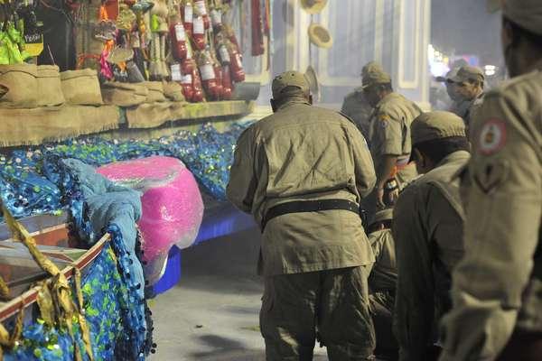 Bombeiros cercam carro alegórico da Imperatriz Leopoldinense que apresentou problemas