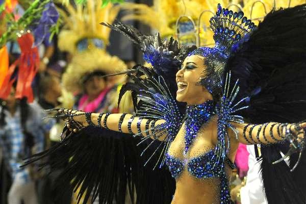 Fechando o Carnaval de 2013 do Rio de Janeiro, a Vila Isabel entrou na Sapucaí às 04h40 de terça-feira com um samba-enredo que homenageou o interior do Brasil. Na foto, Sabrina Sato canta com a escola