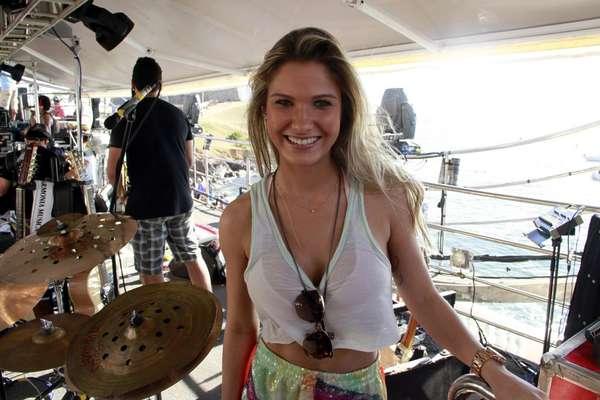 Andressa Suita caiu na folia em Salvador ao lado do noivo, Gusttavo Lima. A modelo era só sorrisos e não desgrudou de perto do cantor, que embalou os foliões no Bloco Pirraça/Fecundaça, nesta terça-feira (12)