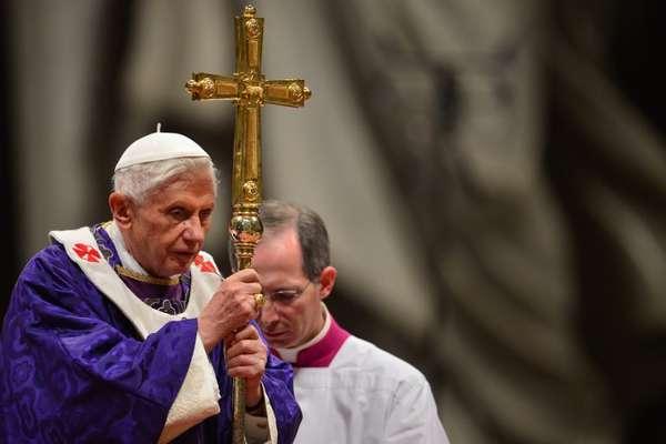 Bento XVI conduz a missa da quarta-feira de cinzas na Basílica de São Pedro dois dias depois de anunciar sua renúncia. Ele permanece no cargo até o próximo dia 28