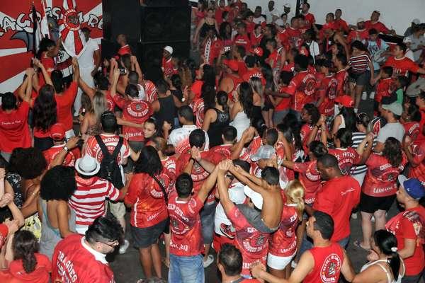 Integrantes da Dragões da Real comemoram quarto lugar da escola no Carnaval de São Paulo; resultado de 2013 é o melhor da história da agremiação