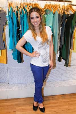Até as baixinhas podem usar calças de couro, como mostra a cantora Wanessa que optou por uma azul com camiseta