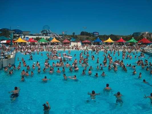 Wet'n Wild, Vinhedo, SP: entre São Paulo e Campinas, no município de Vinhedo, o Wet'n Wild ocupa uma área de 160 mil m² onde adultos e crianças encontram adrenalina, e diversão em brinquedos e toboáguas radicais. Para quem prefere relaxar em vez de descer a alta velocidade, o parque também tem espaços como o Lazy River, rio artificial que faz um recorrido de 320 metros, e diferentes piscinas