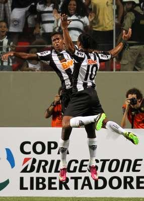 Jô e Ronaldinho comemoram gol do Atlético-MG no primeiro tempo da vitória sobre o São Paulo