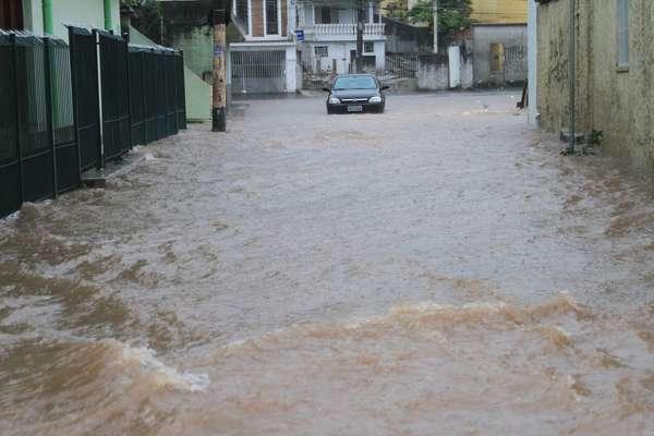 Rua Água Fria, na zona norte, era um dos pontos alagados na cidade