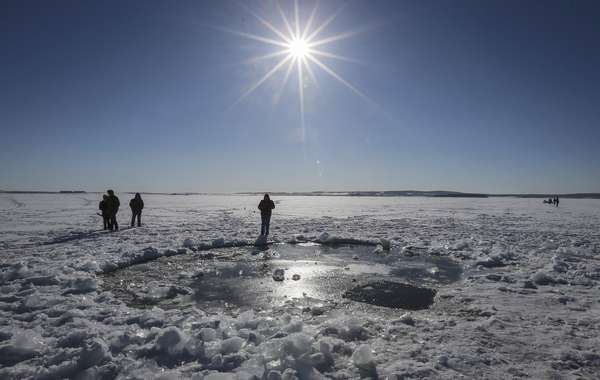 Polícia russa examina buraco de cerca de 8 metros onde, supostamente, o meteorito caiu