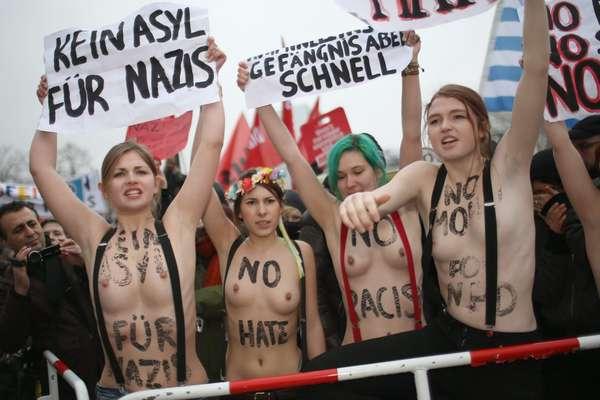 16 de fevereiro - Ativistas do grupo Femen protestam seminuas nas ruas de Berlim, na Alemanha, contra o Partido Nacional Democrata (NPD), de extrema direita. As manifestantes foram presas após mostrarem cartazes e gritarem palavras de ordem com os seios à mostra