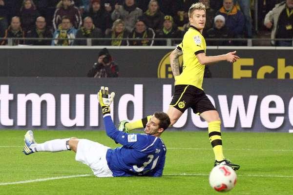 O Borussia Dortmund contou com três gols do atacante Marco Reus para derrotar o Eintracht Frankfurt por 3 a 0 neste sábado, pela rodada 22 do Campeonato Alemão, e defendeu a vice-liderança da tabela