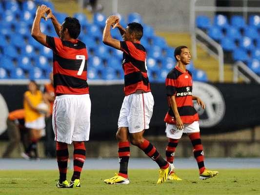 Com gol de Hernane, o Flamengo venceu o Botafogo por 1 a 0 neste domingo e garantiu antecipadamente vaga na semifinal da Taça Guanabara; veja