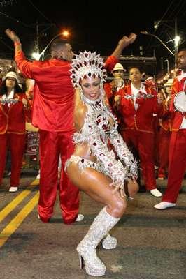 A Porto da Pedra realizou um desfile de rua para a sua comunidade, nesse domingo (17), em São Gonçalo, no Rio de Janeiro. Alessandra Mattos é a rainha de bateria da escola