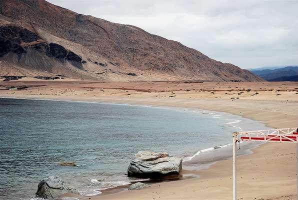Cifuncho, ChileSituada numa área desértica do norte do Chile, a 40 km da cidade de Taltal, na região de Antofagasta, a praia de Cifuncho tem areias brancas e águas limpas que formam um visual impressionante. A pouca infraestrutura faz com que os visitantes tenham de levar água e comida na hora de ir passar o dia na praia