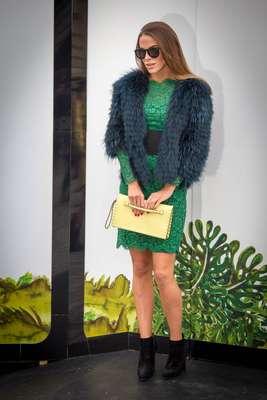 Fashionista optou por vestido de renda verde com cintura bem marcada, bota cano baixo e jaqueta de lã, além da bolsa carteira