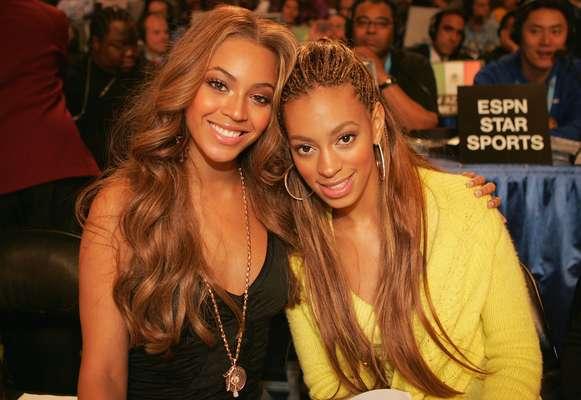 Beyonce Knowles y Solange Knowles: A ambas se les ha visto en varias oportunidades juntas y si bien, se han hecho conocidas por carreras distintas, la hermana menos conocida también es artista, se dedica a la actuación, el modelaje y el canto, pero nunca ha podido alcanzar la misma fama que su hermana Beyonce.