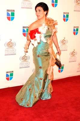 Angélica Vale en los Premios Lo Nuestro del 2005, no solo se llevó un vestido centelleante sino que usó de accesorio a un perrito, sí a un animal vivo.