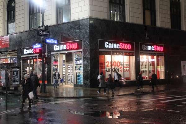 A notícia de que os novos videogames da Sony e Microsoft podem ganhar códigos de de ativação de jogos para seus primeiros compradores está deixando alguns consumidores nova-iorquinos preocupados. Isso porque o bloqueio acabaria com a possibilidade de se repassar games usados, podendo prejudicar o mercado de títulos desse gênero, que tem grande apelo entre os consumidores devido ao barateamento desses usualmente caros produtos. Na imagem, fachada da GameStop, maior rede varejista de venda de games nos EUA