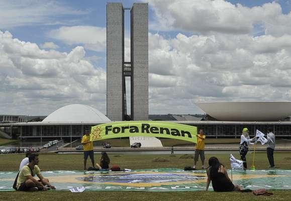 Manifestantes exigem saída de Renan Calheiros da presidência do Senado